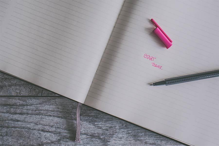 """Cuaderno con las palabras """"start today"""" escritas"""