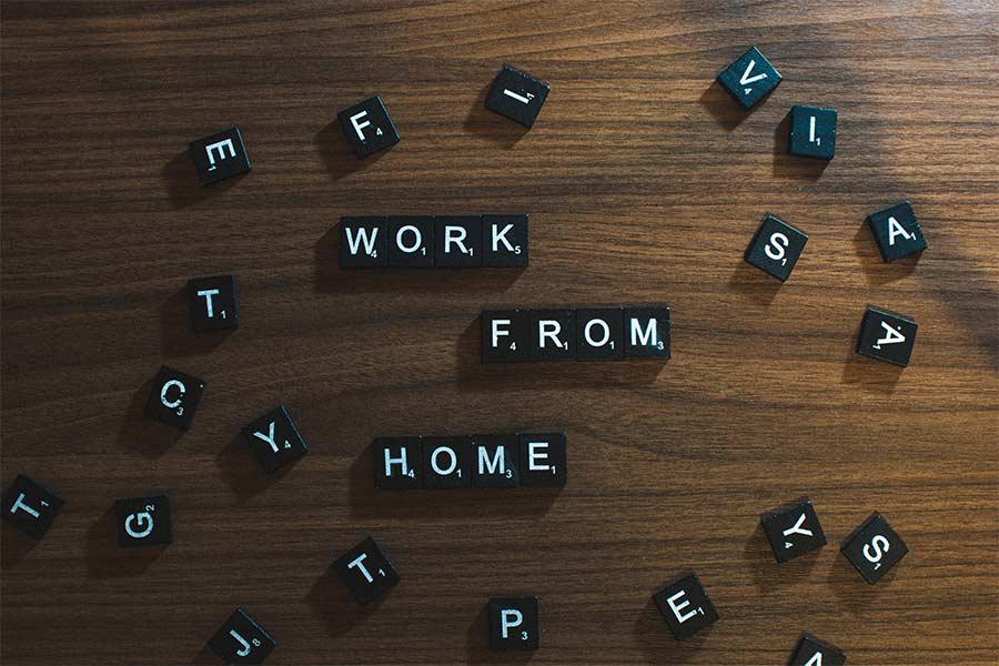 Piezas con letras donde pone Work from home, en referencia al teletrabajo