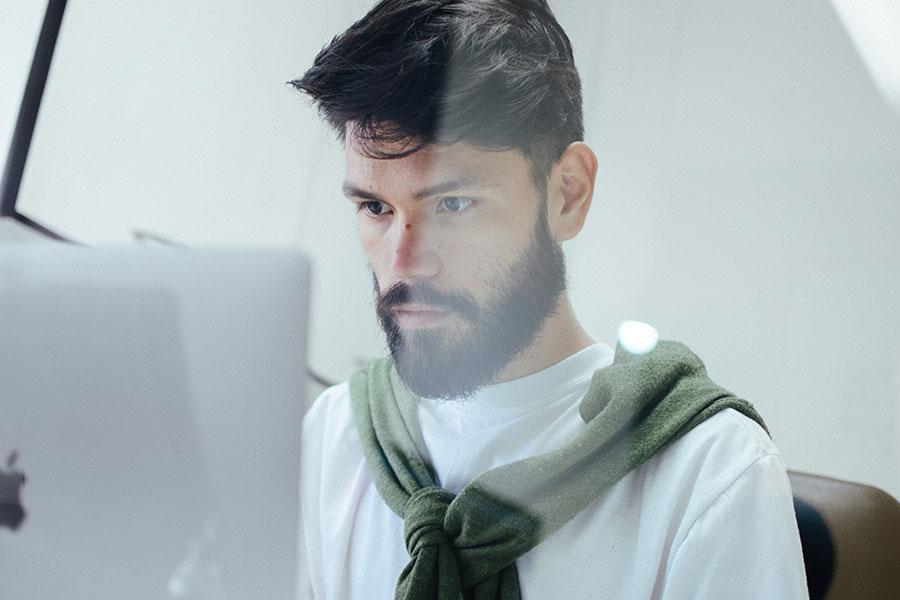 Chico trabajando frente a un PC