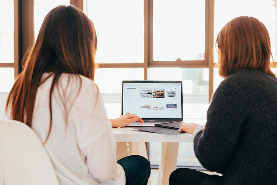 Dos chicas trabajando frente a un ordenador