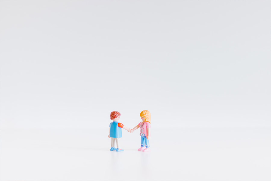 Dos clics de Playmobil estrechando las manos