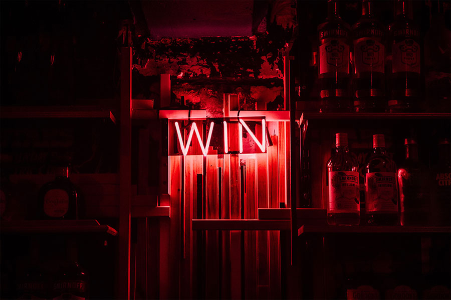 Neón con la palabra WIN como metáfora de ganar como consecuencia de un buen liderazgo